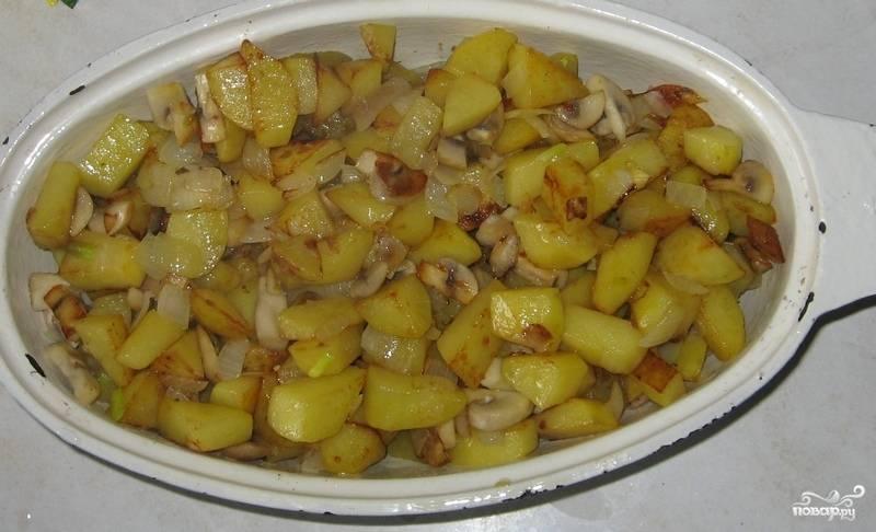 4. Глубокую жаропрочную форму заполнить половиной мяса, овощей и грибов, а затем повторить все слои. Добавить немного воды или овощного бульона и отправить в хорошо разогретую духовку.