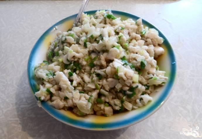 На растительном масле обжариваем репчатый лук, добавляем рыбку. Готовим вместе, затем добавляем зеленый лук и специи по вкусу.