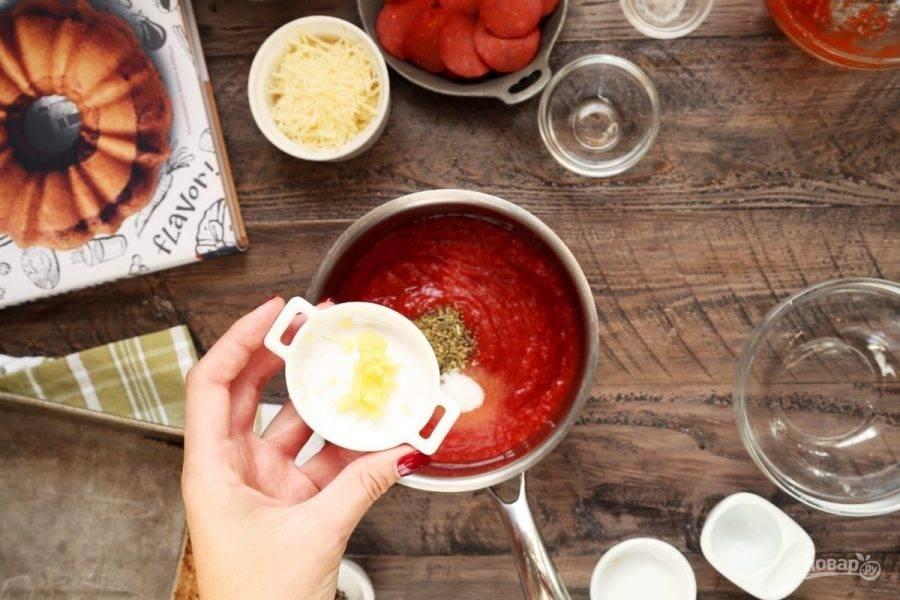 7.Очистите и нарежьте мелко чеснок, выложите в кастрюлю к томатам. Варите соус на слабом огне до образования густой массы (20 минут).