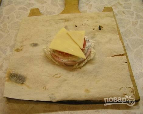 3. Затем тонкий ломтик огурца, помидора и сыра.