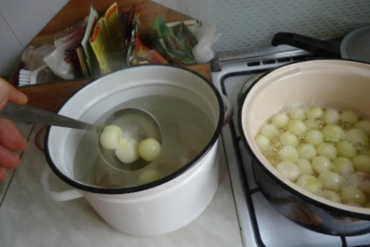 Опускаем в кипяток луковицы (буквально на 2-3 минуты). Затем сразу же перекладываем лук в холодную воду.
