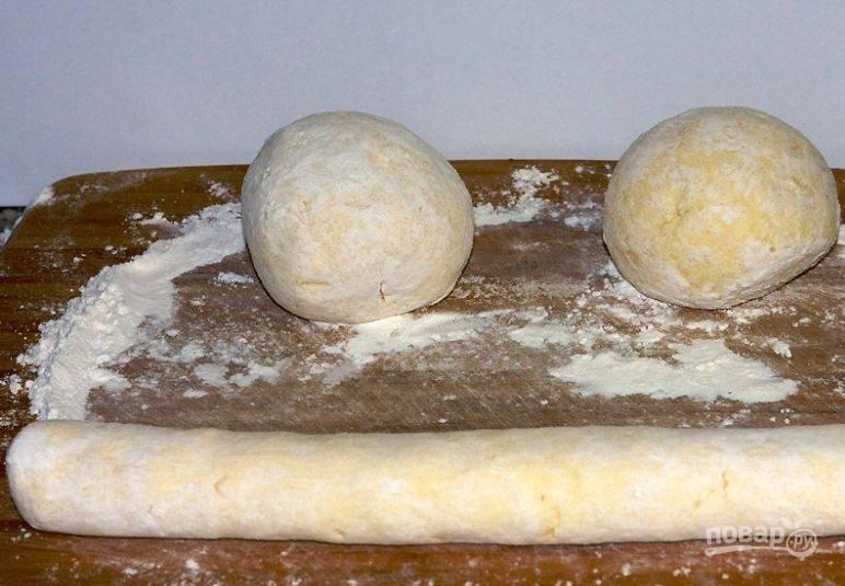 3. Разделите тесто на части. Скатайте их в колбаски.