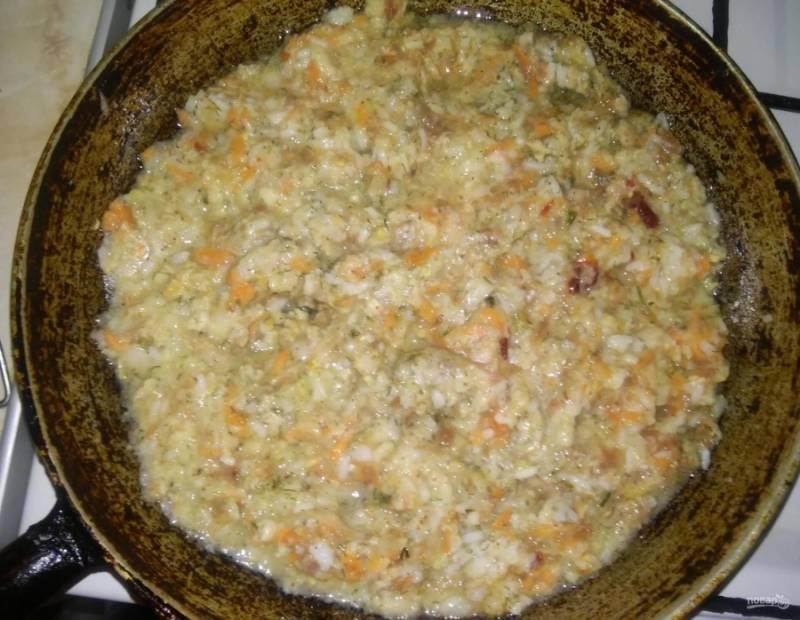7.Сковороду с растительным маслом ставлю на огонь, обжариваю фарш около 20 минут.