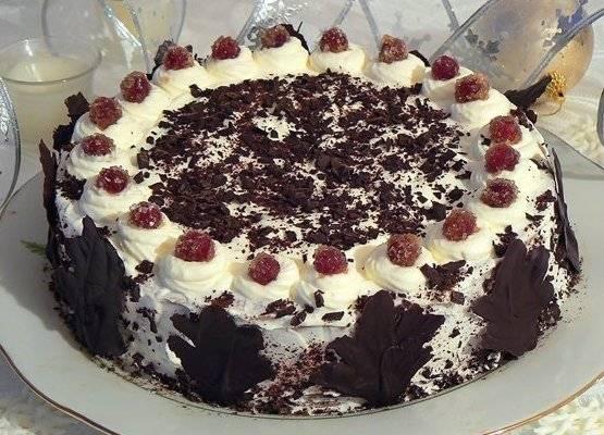 Торт поставить в холодильник для застывания и обмотать фольгой, чтоб хорошо застыл. Взбить 200 мл сливок с 3 ст. л. сахара и украсить торт.