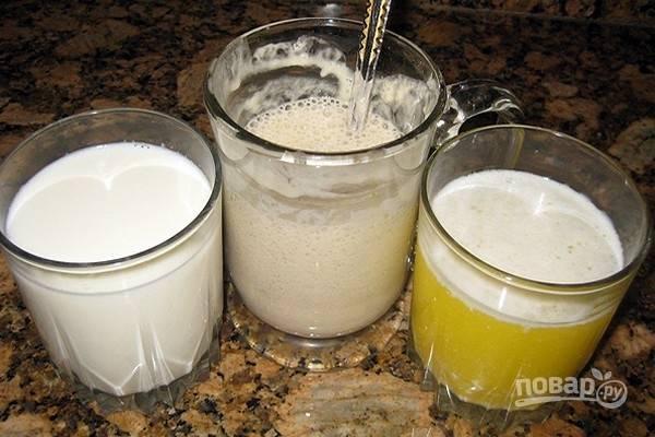 Сначала приготовьте опару. В миске смешайте первые 4 ингредиента: сухие дрожжи, муку и сахар, затем влейте теплую воду, перемешайте до однородности и оставьте в теплом месте на 10-15 минут. Тем временем, на слабом огне растопите сливочное масло и отдельно подогрейте молоко.