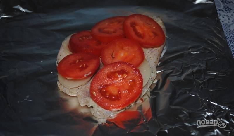 Также выложите помидоры кружками.