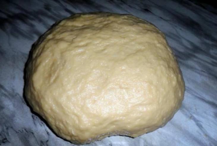 Теперь засыпаем просеянную муку и замешиваем мягкое тесто (руки нужно предварительно смазать растительным маслом).