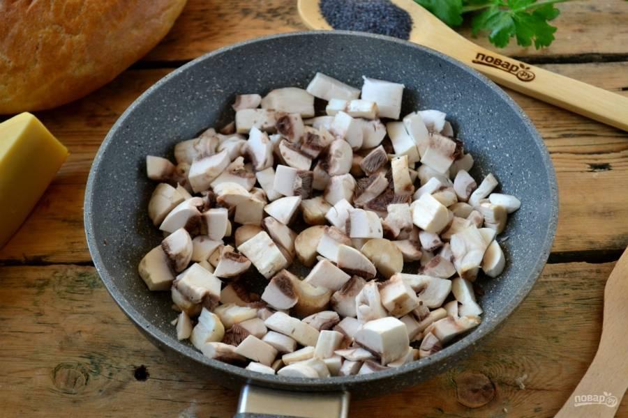 Грибы порежьте небольшими кусочками произвольного размера, обжарьте их в небольшом количестве растительного масла до готовности.