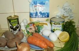 Подготавливаем необходимые продукты: морковь и картофель помоем и отварим, яйца сварим вкрутую. Картофель после варки очищаем от кожуры и нарезаем кубиками (маленькими). Вареную морковь натираем на средней терке. Репчатый лук чистим от шелухи и нарезаем маленькими кубиками.