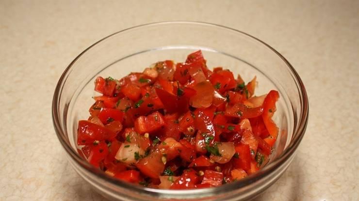 Перемешиваем все ингредиенты. Заправляем сальсу соком лимона, солью и черным перцем. Приятного аппетита!