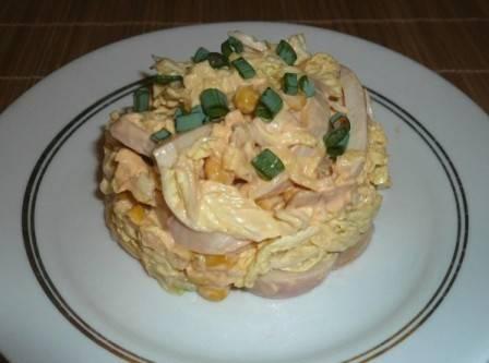 С помощью кулинарного кольца красиво выкладываем салат на тарелку и подаем к столу. Можно украсить его зеленью.