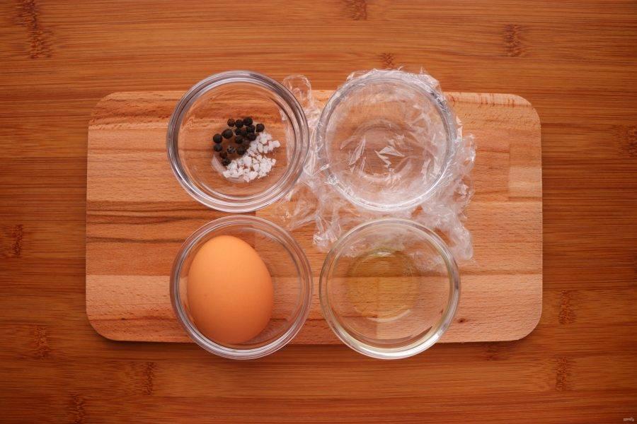 Подготовьте все необходимые ингредиенты. Помимо самих продуктов понадобится небольшой пакет или кусок пищевой пленки.