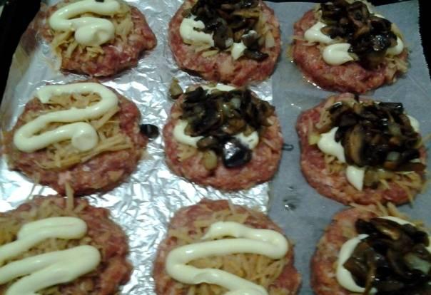 Шампиньоны нарезаем мелко и обжариваем на растительном масле, солим и перчим их немного, выкладываем грибы следующим слоем.