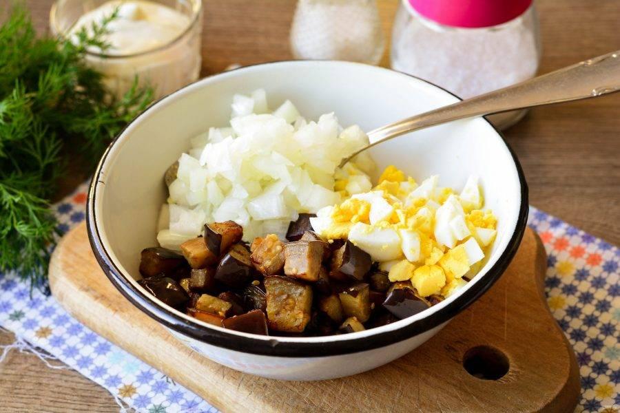 В миске смешайте маринованный лук, яйца и жареные баклажаны.