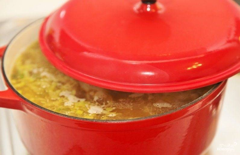Накрываем крышкой и томим суп на самом медленном огне полтора часа. Не забудьте посолить! Затем необходимо вынуть из бульона курицу.