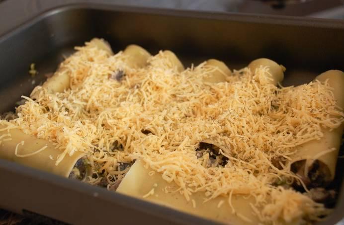 6. Выложить их в форму для запекания, смазанную сливочным маслом, и присыпать оставшимся сыром. Отправить форму в разогретую духовку минут на 10.