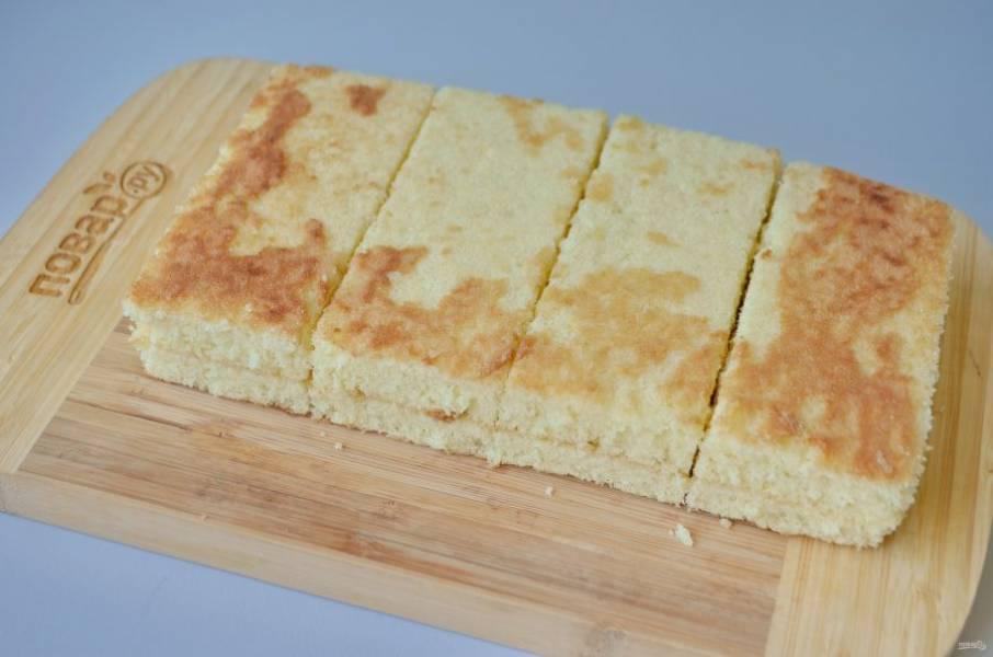 8. Разрежьте остывший бисквит на 2 части, положите одну часть на вторую, срежьте края, подровняйте. Если размер формы будет больше, то пирожные получатся более тонкими, тогда и количество их увеличится.