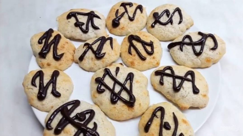 4. Для украшения растопите черный шоколад с небольшим количеством воды в микроволновке, хорошо его размешайте и украсьте печенье с помощью кондитерского мешка. Приятного аппетита!