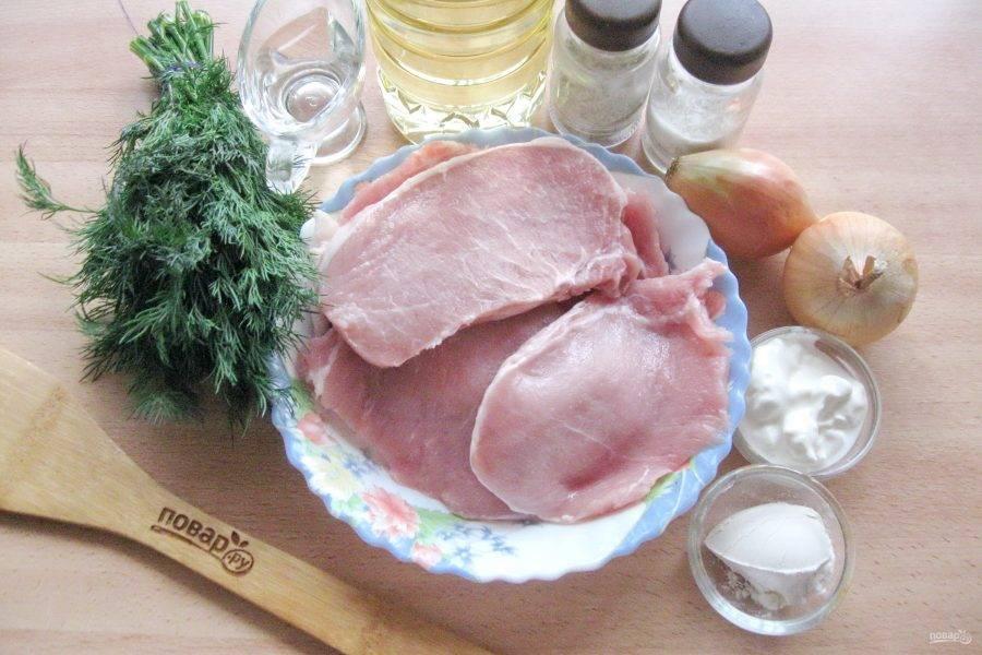Подготовьте ингредиенты для приготовления мясных рулетиков.