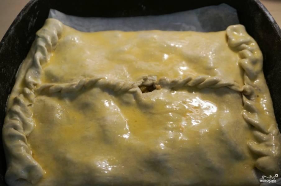 11. Смажьте пирог со всех сторон и отправьте в духовку.