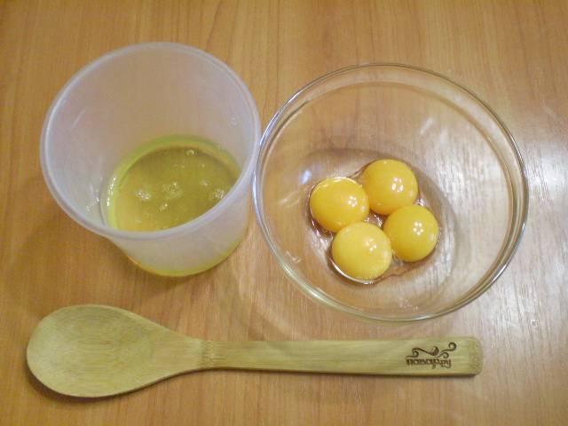 Отделите желтки от белков.