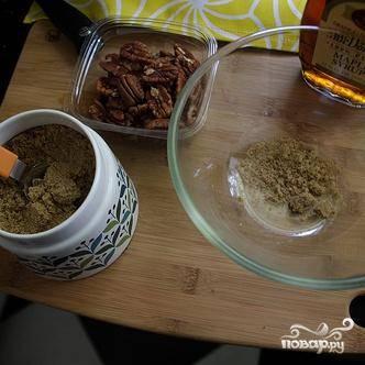 1. Приготовить орехи пекан. Разогреть духовку до 160 градусов. Смешать в миске кленовый сироп, коричневый сахар и орехи, посыпать морской солью. Хорошо перемешать.