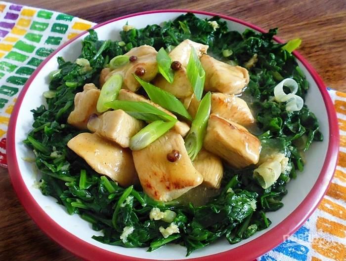 """Блюдо готово, достаньте курицу, выложите ее на """"зеленую подушку"""", полейте соусом и подавайте к столу."""
