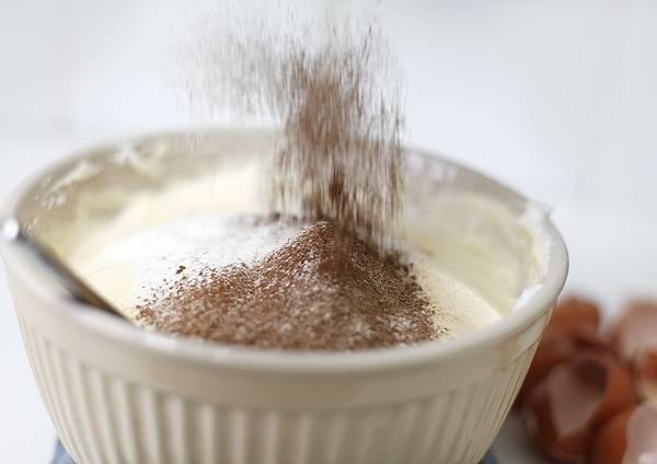 4. Чтобы торт грильяжный в домашних условиях был воздушный, постепенно всыпать просыпанную муку и какао. Аккуратно перемешать.