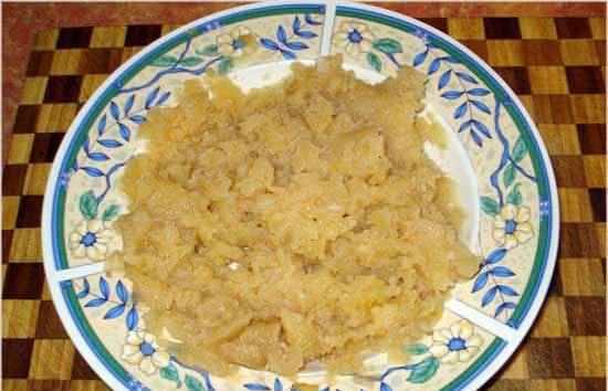 3. Спустя это время достаем свинину и картофель. Мясо режем кусочками, а картофель разминаем вилкой или толкушкой. Закладываем обратно в казан.