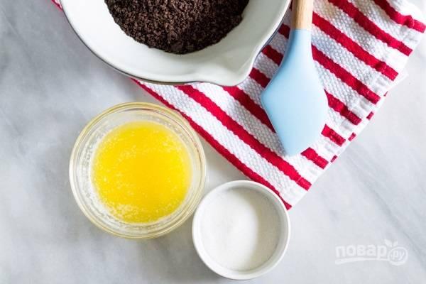 1. Возьмите 25 печенек в измельчите их в блендере в крошку. Растопите сливочное масло. Подготовьте сахар. Соедините печенье с маслом и сахаром, перемешайте.