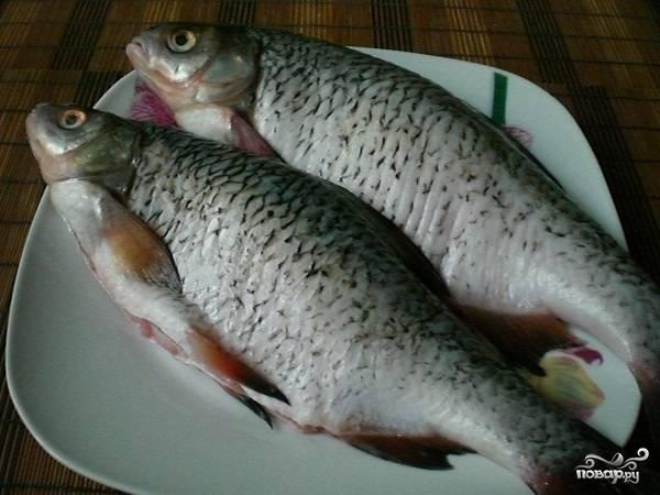 Берем одну рыбку. Тщательно ее промываем, потрошим и натираем солью и специями.
