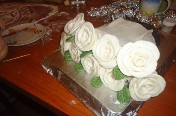Зубочистками крепим бутоны к торту, чтобы получился букет. Торт  готов, можно приготовить еще мастики с добавлением какао и покрыть ей торт, как на картинке, но это не обязательно.