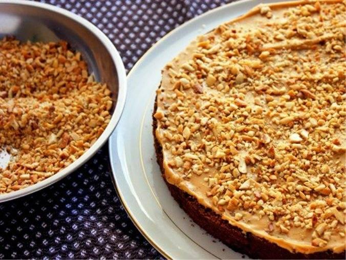 Нижний корж смажьте половиной крема, посыпьте орехами и накройте коржом-безе. Его намажьте второй половиной крема и также посыпьте орехами. Накройте верхним коржом и придавите.