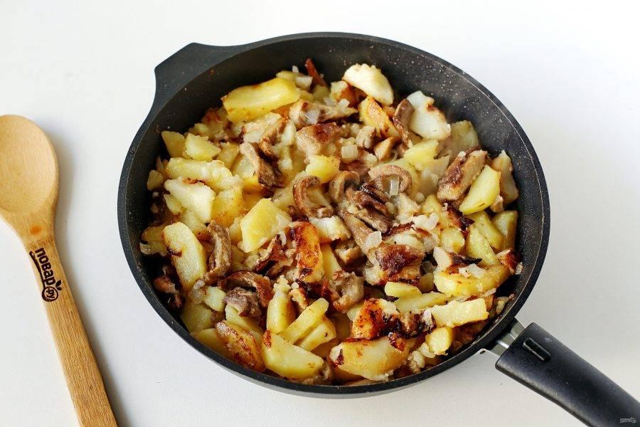 Жареные грузди с картошкой готовы.
