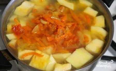 Достаем из бульона сваренные фрикадельки, а в бульон закладываем все овощи. Варим до готовности картофеля и тыквы.