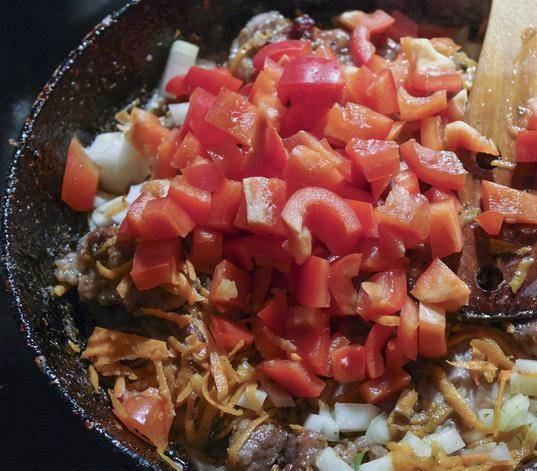 2. Добавим лук, перемешаем. Когда лук станет прозрачным - добавим мелко нарезанные помидоры и перцы.