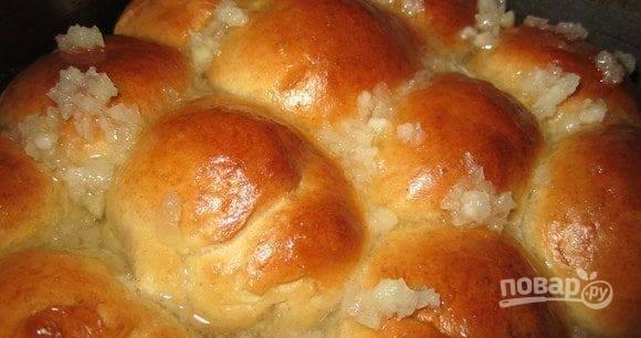 Готовые пампушки смажьте чесночной смесью. Дайте им остыть, а потом подавайте к столу с борщом. В тарелку с первым блюдом добавьте сметану по вкусу.