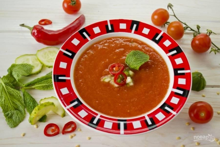 7.С помощью блендера измельчаю все до однородной консистенции, как соус. Готовый суп разливаю по тарелкам и украшаю мелко нарубленным огурчиком, чили и мятой.