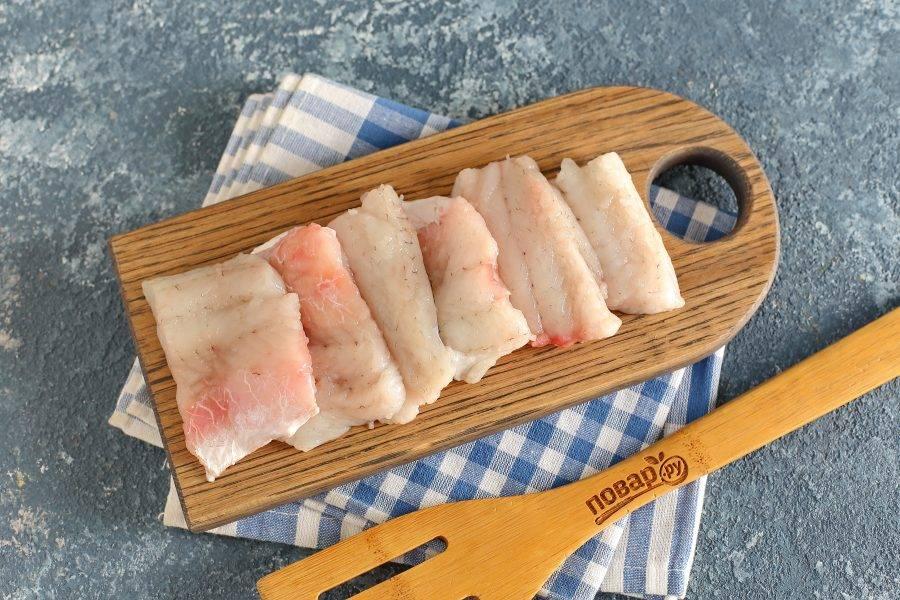 Рыбу разделайте на филе, нарежьте порционными кусочками. Посолите и поперчите по вкусу.