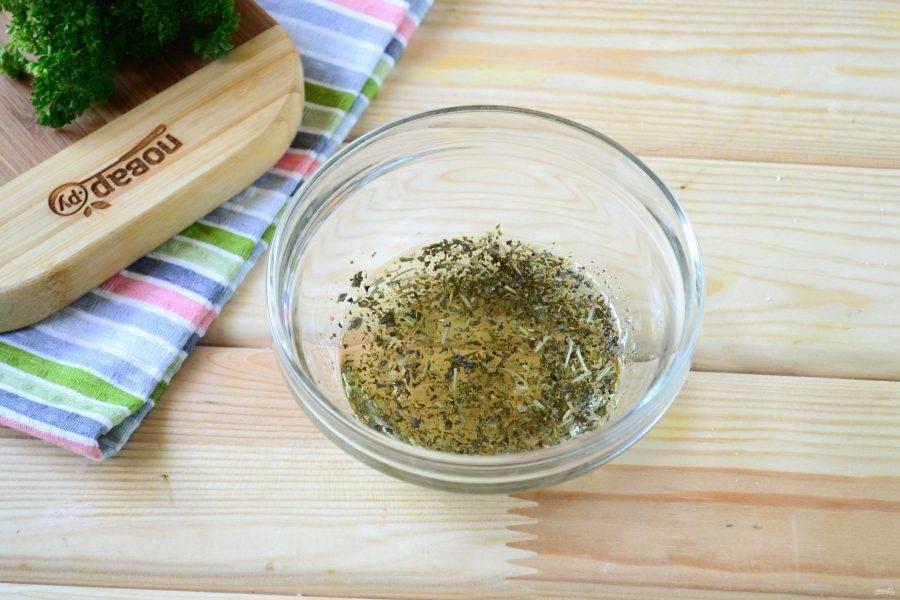 Первым делом смешайте оливковое масло с итальянскими травами, благодаря этой смеси бутерброды получатся очень ароматными и сочными.