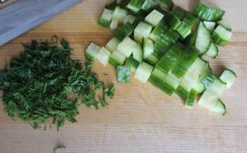 Зелень измельчаем, а огурец нарезаем мелкими кубиками.