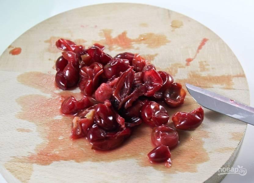 Часть вишни измельчите острым ножом, так варенье будет более насыщенным.