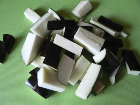 2. Пока румянится картофель, таким же образом нарежьте баклажаны.