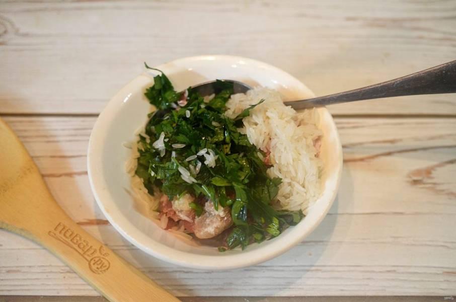 1. К фаршу добавьте нарезанную зелень и ошпаренный рис.