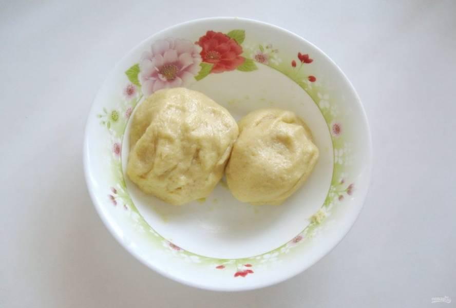 Разделите тесто на две неравные части. Меньшую отправьте в холодильник на 30-40 минут.