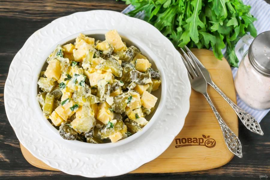 Салат с маринованными огурцами и сыром