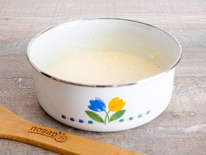 Из молока, яйца и муки приготовьте кляр. Его тоже немного посолите. Он должен получиться однородным, средней густоты.