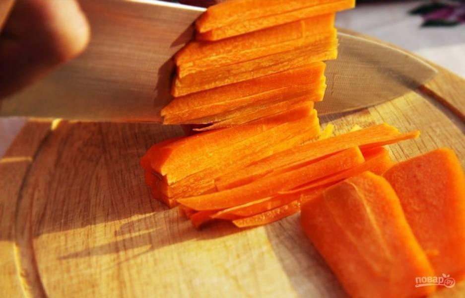 Морковь почистите, промойте и нашинкуйте тонкой соломкой.