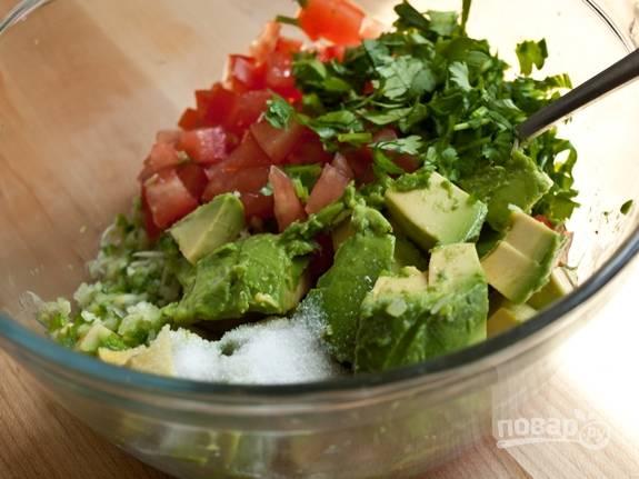 4. Добавьте соль, зелень, сок лайма. Перемешайте и оставьте сальсу на некоторое время.