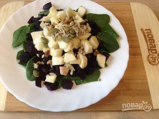 4. Семечки заранее подсушите на сухой сковороде. Орехи тоже подсушите и слегка измельчите. Посыпаем салат орехами и семечками.